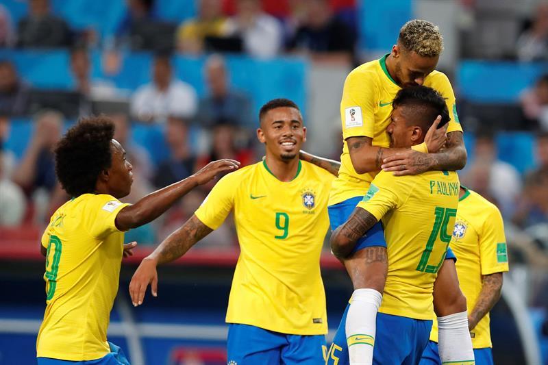 EFE Brasileiros comemoram o gol marcado pelo volante Paulinho e6224aa0179ab