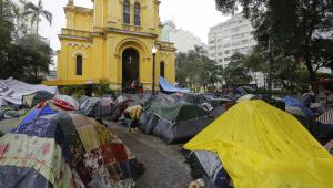Prefeitura tenta limpar parte de Largo do Paissandu, mas desabrigados se recusam a retirar barracas