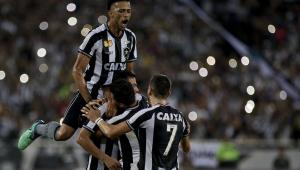 Com gol de mão de zagueiro, Botafogo derrota o Atlético-PR no Engenhão por 2 a 0