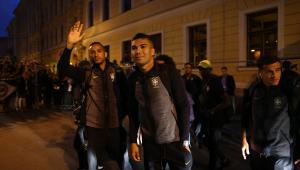 Seleção Brasileira é recebida com festa de torcedores em São Petersburgo