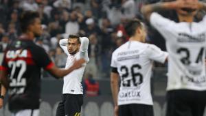 Em jogo truncado, Corinthians empata sem gols com o Vitória e volta a ouvir vaias