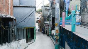Tiroteio entre facções rivais termina com um morto e um ferido em favela do Rio