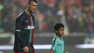 """Olha o Robozinho! Filho de CR7 faz golaço após jogo e deixa pai """"babando"""""""