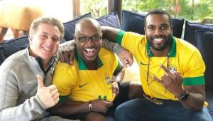 Marquezine assiste ao jogo do Brasil com Luciano Huck e Thiaguinho no RJ