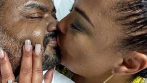"""Filha de Arlindo Cruz compartilha foto de beijo dos pais: """"casalzão da p****"""""""