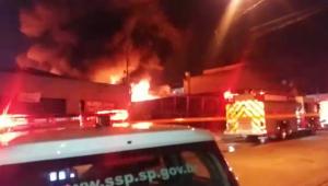 Incêndio destrói depósito de pneus na zona leste de SP