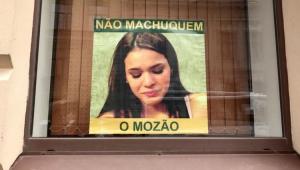 """""""Não machuquem o mozão"""": cartazes de Bruna Marquezine são espalhados na Rússia"""