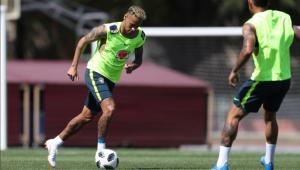 Neymar surpreende e treina com a Seleção após sentir dores