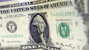 Dólar fecha no menor nível desde 25 de maio