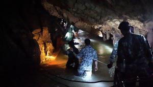 Mergulhadores que resgataram time de futebol na Tailândia voltam à caverna pela primeira vez