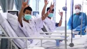 Meninos e técnico resgatados de caverna na Tailândia deixam hospital
