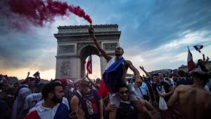 Franceses destroem Paris após vitória