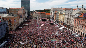 Croácia é recebida com festa por milhares de torcedores em chegada a Zagreb