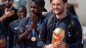 Seleção da França desembarca em Paris com taça da Copa do Mundo