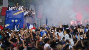 Multidão recebe seleção francesa em Paris com grande festa e forte esquema de segurança