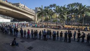 Cerca de seis mil pessoas fazem fila por emprego no centro de SP
