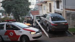 """Polícia prende ladrões após """"arrastão"""" em concessionária da Zona Oeste"""