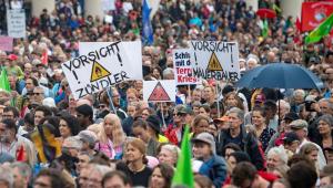 """Alemanha: milhares protestam contra """"política do medo"""" para crise de imigração"""