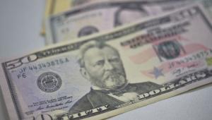 Dólar abre em baixa após aprovação de MP do setor aéreo
