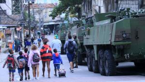 Exército investiga uso de 'pula-pulas' como barreiras do tráfico no RJ