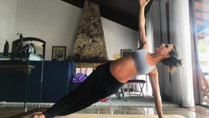 Grávida, Isis Valverde exibe gestação de 6 meses durante ioga