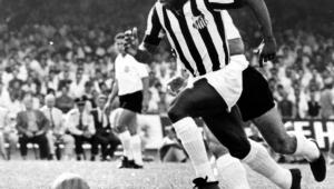 Há 50 anos, Pelé era expulso e retornava ao campo para atender pedido da torcida
