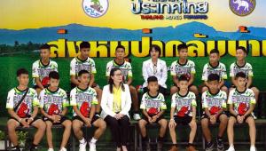 Meninos resgatados da Tailândia visitam templo para agradecer recuperação