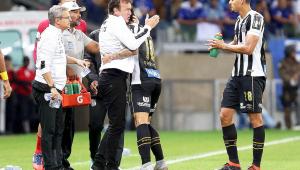 Cuca discorda da diretoria do Santos e elogia árbitro do jogo contra o Cruzeiro