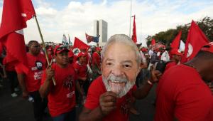 PT registra candidatura de Lula com 'procissão política' e substituto engatilhado