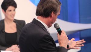 Bolsonaro escreve 'cola' na mão durante debate; veja o que estava escrito