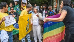 Manifestantes protestam em reabertura da exposição 'Queermuseu' no RJ