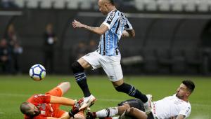 Em mais um jogo fraco, Corinthians perde para o Grêmio e segue distante dos líderes do Brasileirão