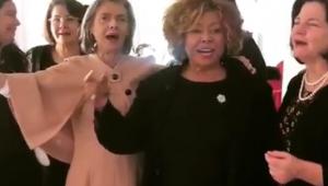 Ministra Carmen Lúcia canta e cai no samba abraçada em Alcione; assista