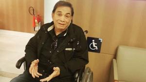 Dedé Santana sofre acidente em peça e posta foto em cadeira de rodas