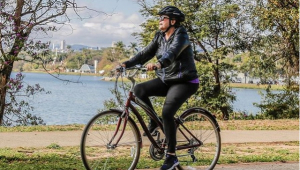 Dilma Rousseff é xingada durante passeio de bicicleta; assista