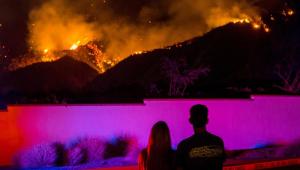 Bombeiros controlam fogo em metade de área afetada por incêndio na Califórnia