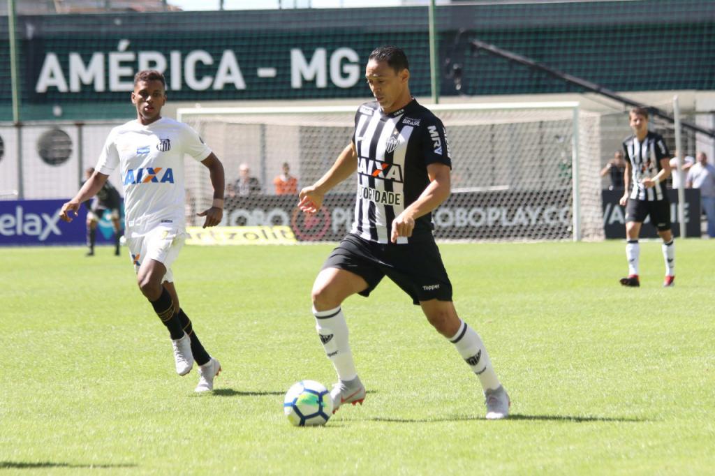 ... Oliveira marcou o segundo e o terceiro gols do Atlético Mineiro contra  o Santos no Estádio Independência b2c8a52b3c72a