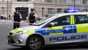 Carro rompe barreira em frente ao Parlamento britânico e atropela pedestres