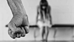 Homem mata ex-mulher a facadas e se suicida com filha de 1 ano no colo