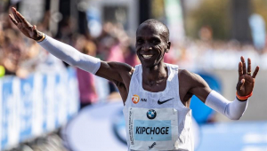 Novo recordista mundial entra para história e busca meta de duas horas com treino, sorriso e leituras