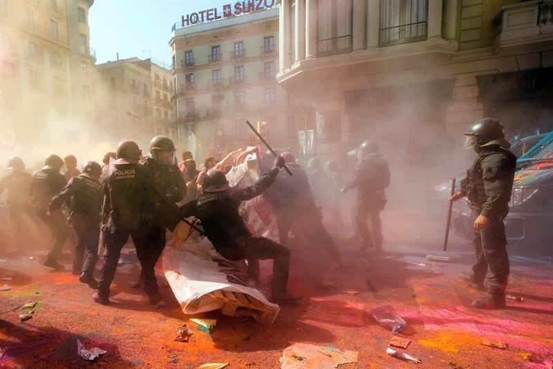 Barcelona: protesto termina em confronto entre polícia e separatistas