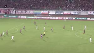 Brasileiro ousa, chuta do 'meio da rua' e faz um dos gols mais impressionantes do ano no Japão