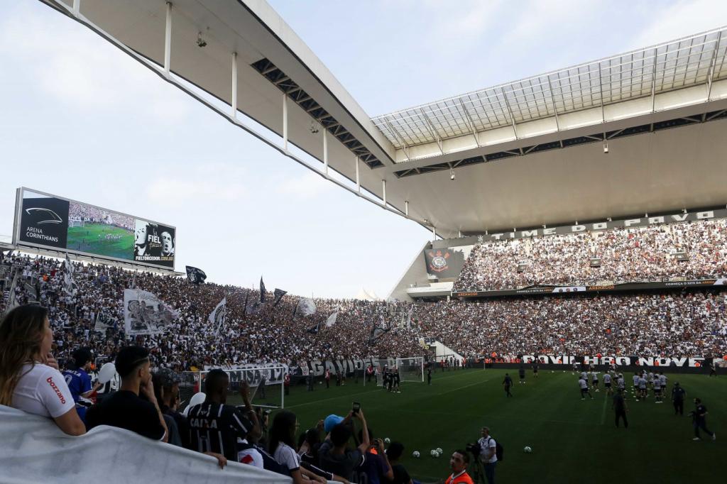 8ea826f4a41f7 ... Torcida do Corinthians incentiva jogadores na véspera do confronto  contra o Flamengo