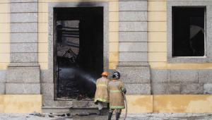 Duas semanas depois do incêndio, o Museu Nacional segue abandonado
