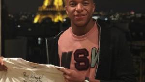 Mbappé posa com camisa do Santos autografada por Pelé: 'obrigado, Rei!'
