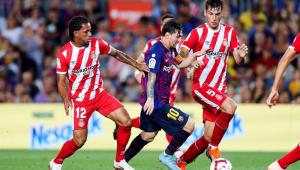 De visual novo, Messi faz gol, mas reforço é expulso, e Barça só empata em casa