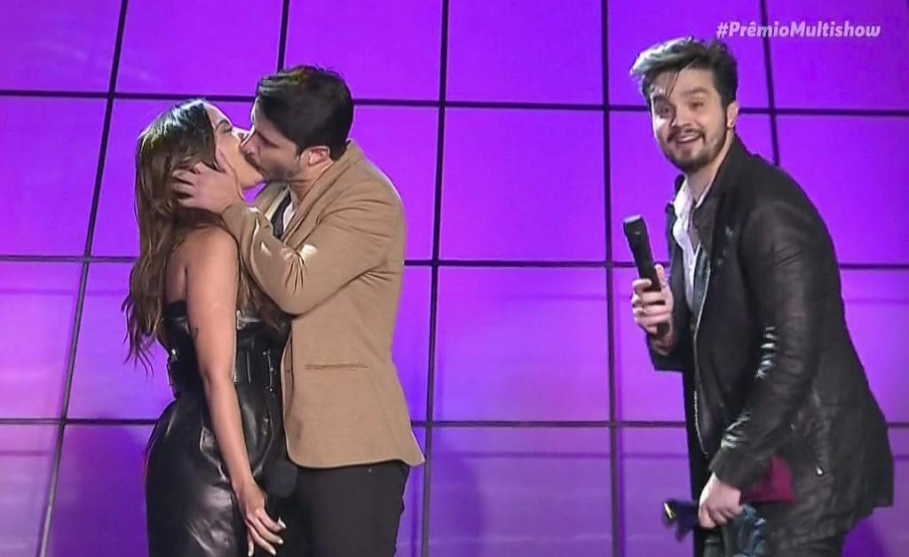 df8f0170f8cc5 Anitta beija vocalista do Atitude 67 no palco do Prêmio Multishow  assista
