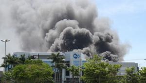 Incêndio de grandes proporções atinge indústria farmacêutica em SP
