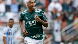 Palmeiras conta com 2 gols de Deyverson e afasta Grêmio da briga pelo título