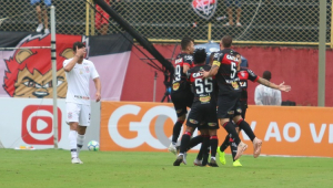 Corinthians cede empate ao Vitória no final e segue em risco no Brasileirão